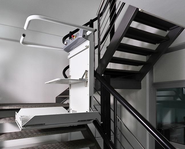 Plattformlift für geschwungene Treppe